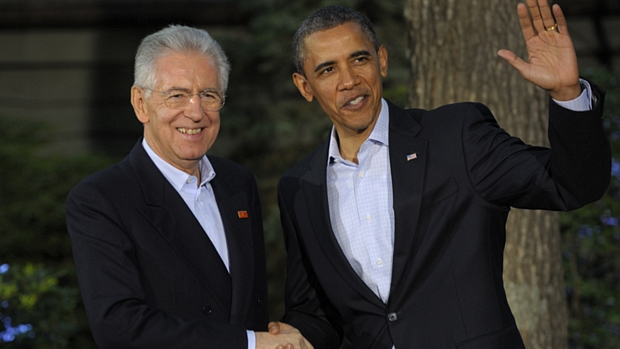 O primeiro-ministro da Itália, Mario Monti, chega a Camp David e cumprimenta Obama