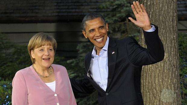 Presidente americano, Barack Obama, acena ao lado da chanceler da Alemanha, Angela Merkel