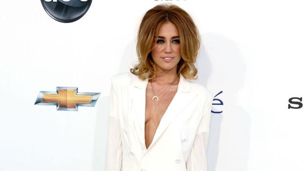 No fim de 2011, Miley Cyrus surpreende a seus fãs com os cabelos curtos e lisos, mais glamorosos
