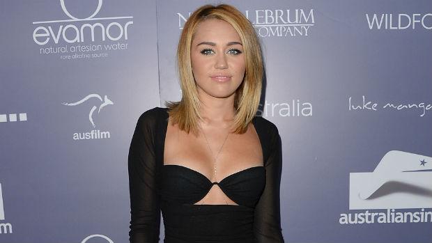 Já em 2012, Miley Cyrus passou a ostentar cabelos loiros bem claros