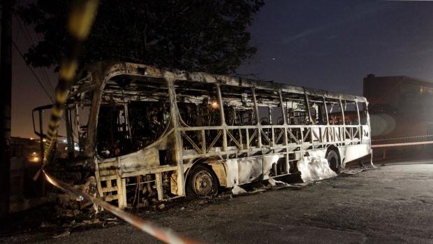 Ônibus incendiado na rua Curupireira, região de Sapopemba, Zona Leste da capital, em outubro de 2012. Os criminosos pararam o ônibus, mandaram os passageiros descerem e atearam fogo no veículo