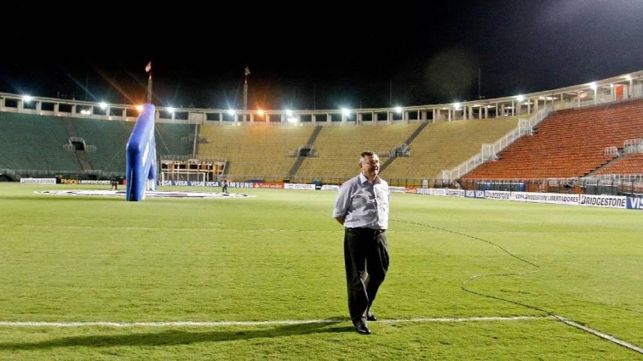 Presidente do Corinthians, Mario Gobbi, caminha pelo Pacaembu vazio minutos antes do jogo entre o time e o Millonarios, da Colômbia