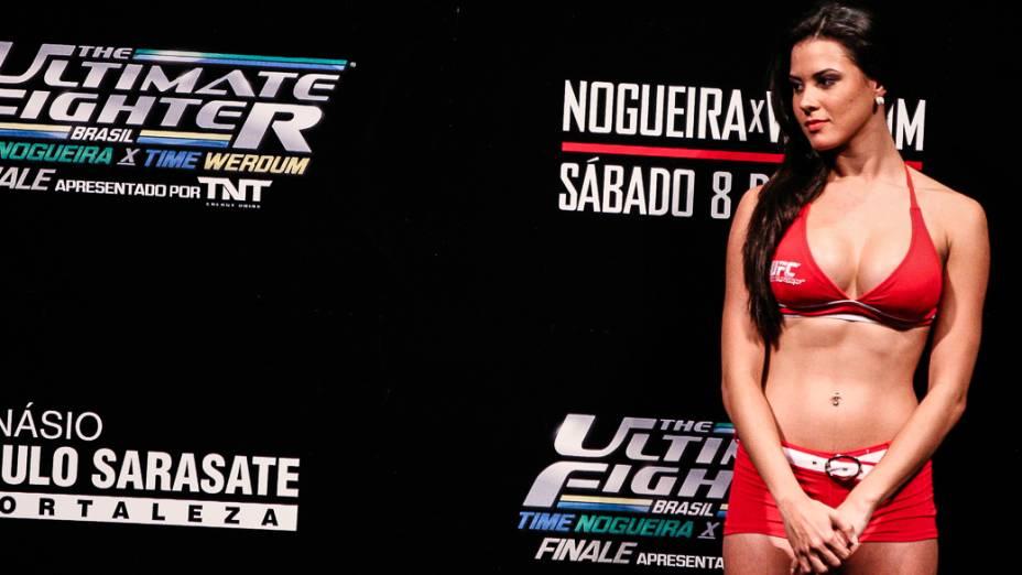 A ring girl Camila Oliveira durante a pesagem do The Ultimate Fighter, em Fortaleza