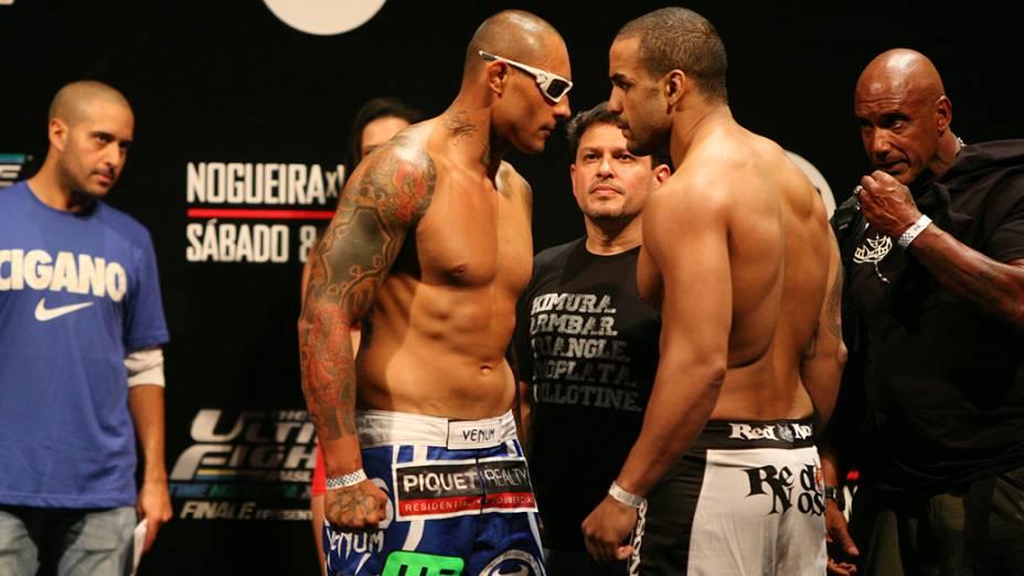 Encarada entre Thiago Silva e Raphael Feijão durante a pesagem do The Ultimate Fighter em Fortaleza