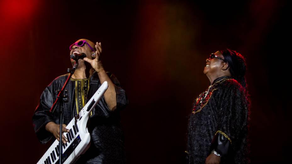 Stevie Wonder ao lado de um sósia durante apresentação em São Paulo