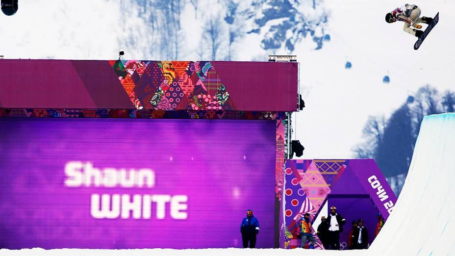 O astro americano Shaun White disputa o snowboard halfpipe em Sochi, na Rússia
