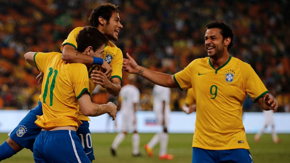 Os jogadores Oscar, Neymar e Fred comemoram gol contra a África do Sul