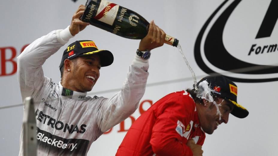Hamilton festeja sua vitória no Grande Prêmio da China de Fórmula 1 ao lado de Alonso