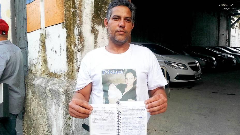 O porteiro Jaílson Alves das Neves mostra diário de anotações de sua mulher, Fabiane, morta por linchadores Guarujá