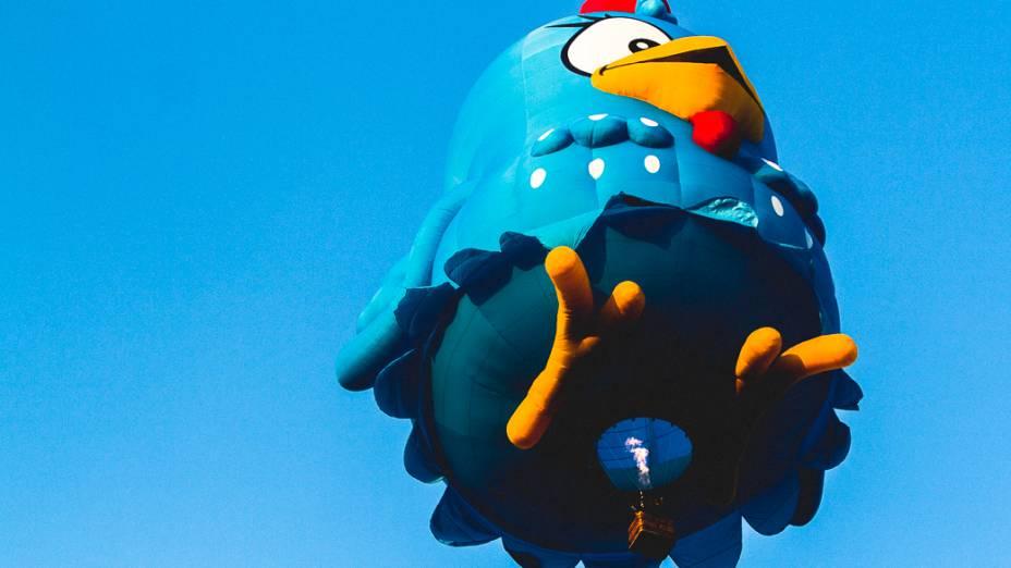 Balão gigante conhecido como special shape da personagem infantil Galinha Pintadinha