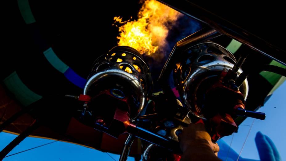 Piloto aciona o queimador de gás propanoantes da decolagem