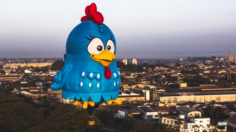 Balão gigante conhecido comospecial shape da personagem infantil Galinha Pintadinha
