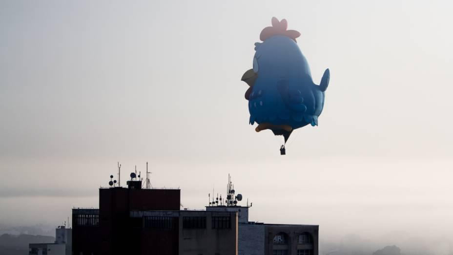 Balão gigante da personagem Galinha Pintadinha chamou atenção do público no céu da cidade de Rio Claro