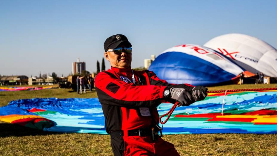 Membro da equipe chinesa se prepara para decolar no Aeroclube de Rio Claro. Competidores de 22 países participam da competição