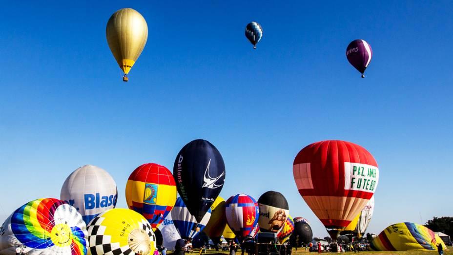 Competidores se preparam para decolagem no Aeroclube de Rio Claro