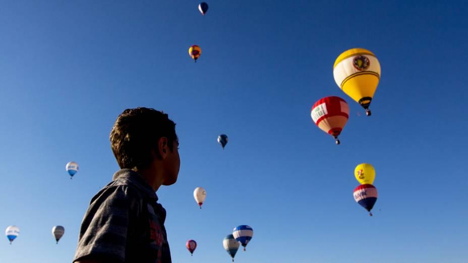 O céu da cidade ficou colorido com dezenas de balões