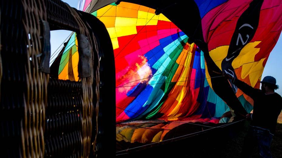 Balão é preparado para decolagem no Aeroclube de Rio Claro
