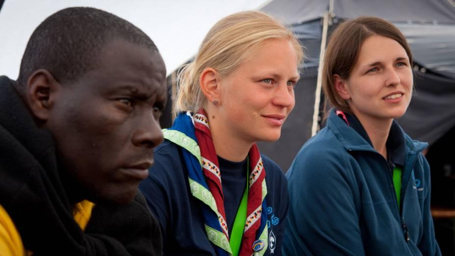 Escoteiros de Zimbábue e Alemanha durante 22º Acampamento Mundial Escoteiro