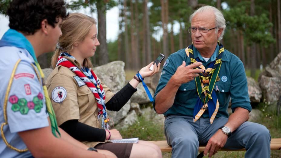 Escoteiro brasileiro, Matheus Miranda, e a suíça Barbara Wachter entrevistam o rei da Suécia, que também é escoteiro, além de  chairman honorário da World Scout Foundation, durante o 22º Acampamento Mundial Escoteiro