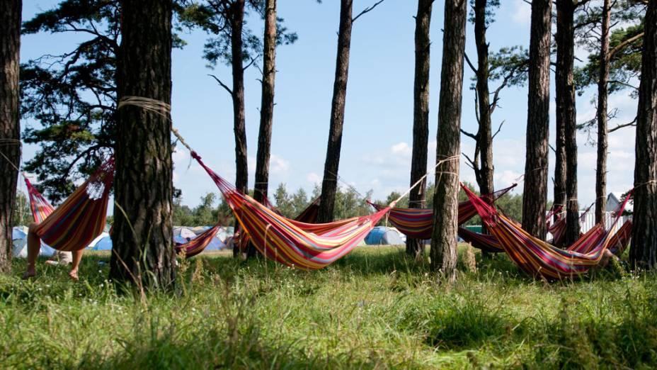 Escoteiros descansam em redes, durante o 22º Acampamento Mundial Escoteiro, em Rinkaby, na Suécia