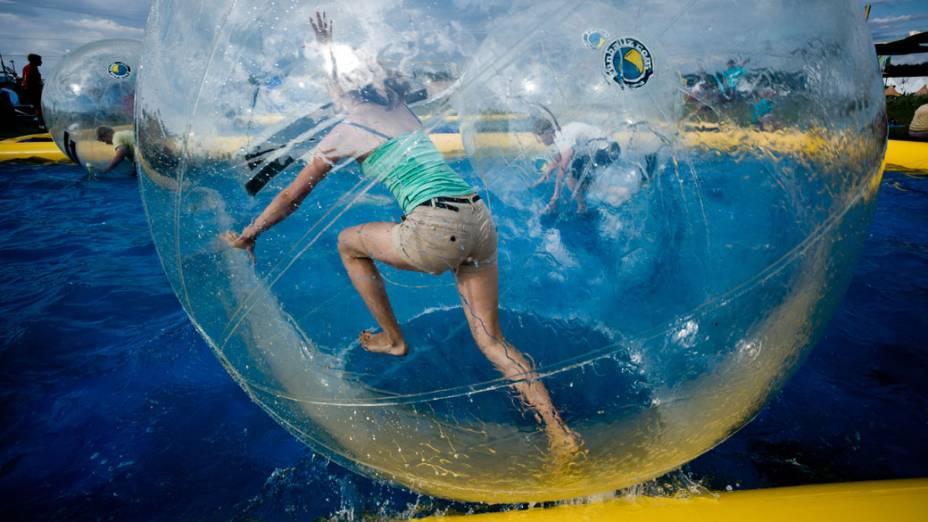 Escoteiros brincam com bolas dentro da piscina do 22º Acampamento Mundial Escoteiro, em Rinkaby, na Suécia