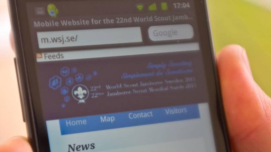 Celular de participante do 22º Acampamento Mundial Escoteiro, na Suécia. Esta é a primeira vez que o evento possui wi-fi pelo campo todo