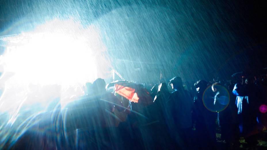 Debaixo de chuva forte, escoteiros acompanham o encerramento do 22º Acampamento Mundial Escoteiro, em Rinkaby, na Suécia