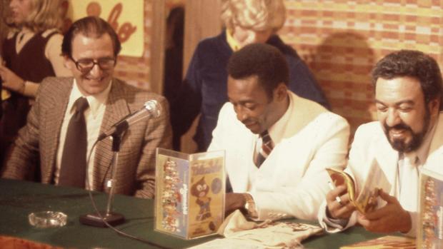 Roberto Civita, Pelé e Mauricio de Sousa, no lançamento da revista em quadrinhos 'Pelezinho', em 1977