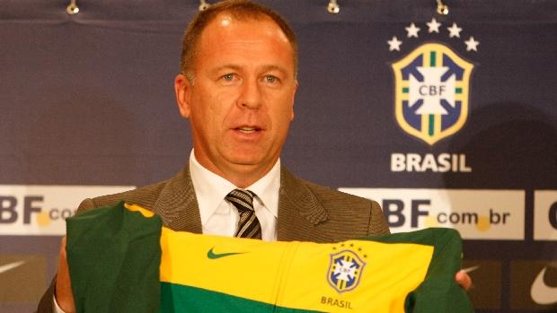 O técnico Mano Menezes é apresentado oficialmente como técnico da seleção brasileira