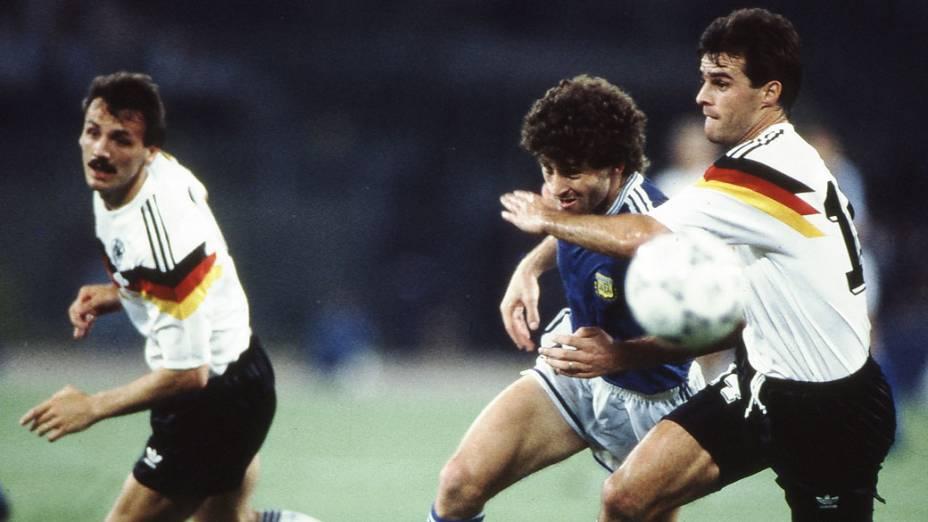 Berthold, da Alemanha e Dezotti, da Argentina, durante jogo entre Alemanha Ocidental 1 x 0 Argentina, partida finalíssima da Copa do Mundo de Futebol de 1990, no Estádio Olímpico