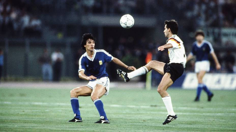 Littbarski, da Alemanha, e Basualdo, da Argentina, na final de 1990