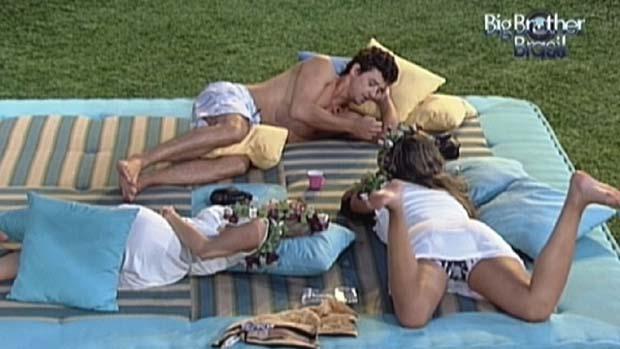 Fael conversa com Renata e Monique em 04/03/2012