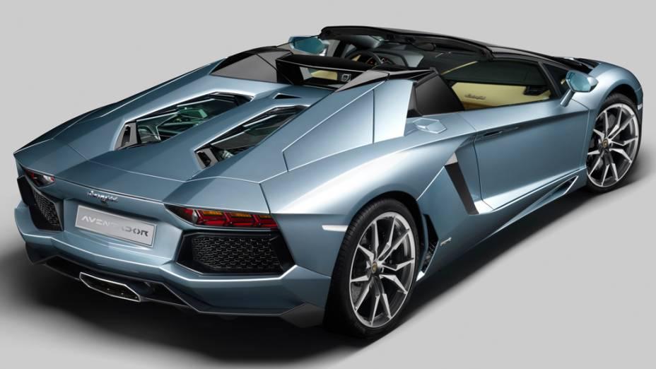 O superesportivo tem motor V12 de 700 cv, faz de 0 a 100 km/h em menos de 3 segundos, alcançando a máxima de 350 km/h