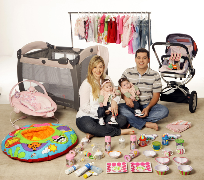 Pais das gêmeas Ana Carolina e Maria Catharina, de 4 meses, Erica e Sidney Alvares Neto pagaram 480 dólares em um carrinho que, no Brasil, não sai por menos de 4 000 reais