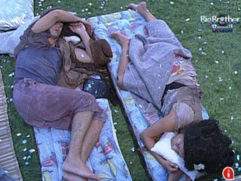 Fael e Kelly dormem vestidos de mendigo para cumprir castigo do monstro em 26/02/2012