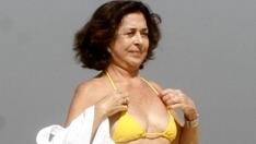 Betty Faria, de biquíni, em praia do Rio de Janeiro