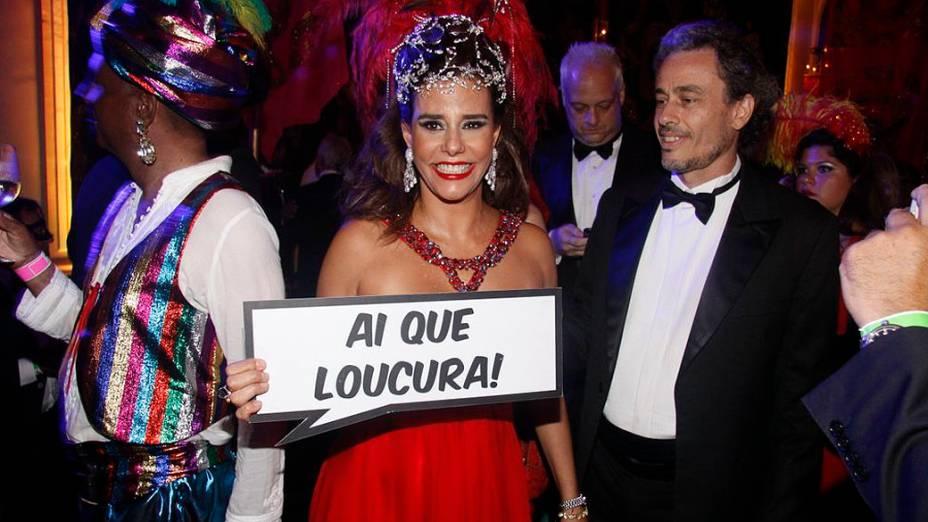 "Narcisa segura a placa ""Ai, que loucura!"" no baile de Carnaval do Copacabana Palace, no Rio"