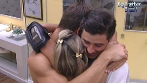 Fael, Jonas e Fabi comemoram a vitória de Fael na prova do líder em 18/02/2012