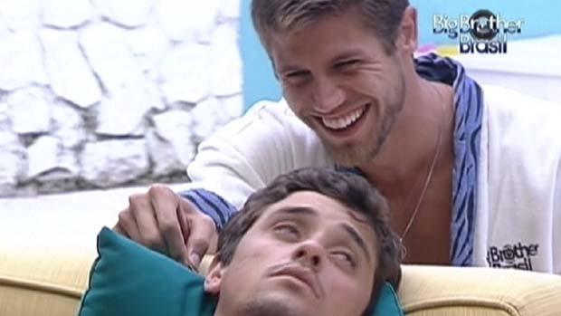 Jonas faz cócegas enquanto Fael dorme em 11/02/2012