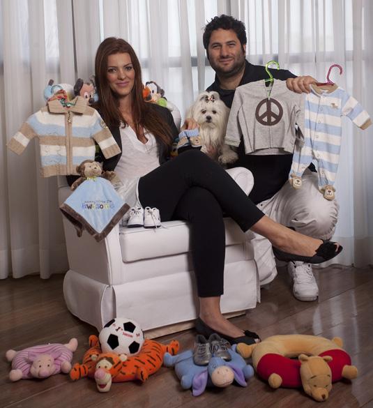 Vitor e Mirella Bauab, grávida de seis meses, trouxeram na mala itens como babá eletrônica com câmera e berço desmontável com trocador
