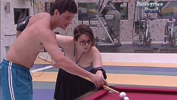 Fael ensina Mayara a jogar sinuca em 12/01/2012