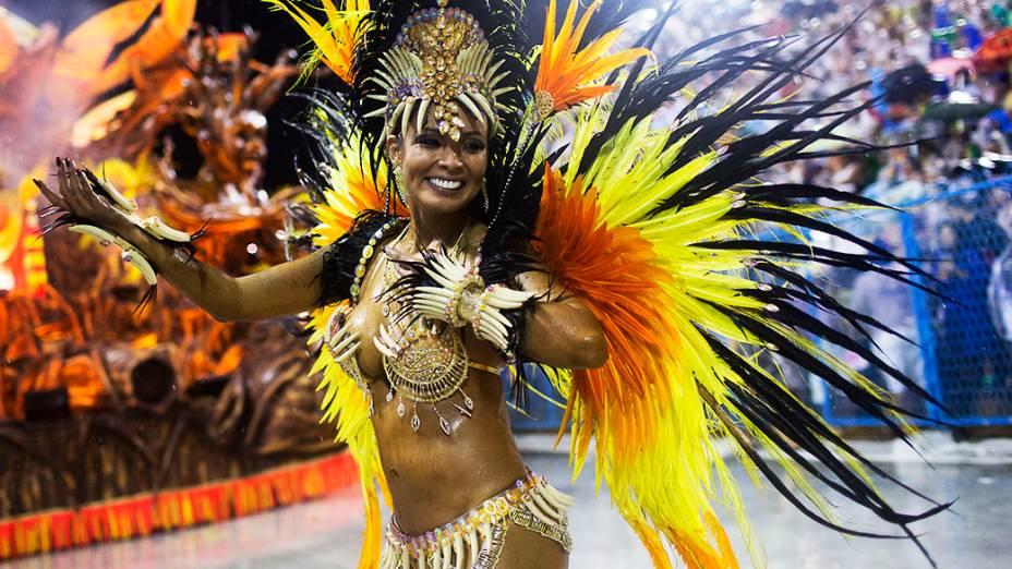 Carol Nakamura, destaque da Viradouro, durante desfile do Grupo Especial na Sapucaí, no Rio