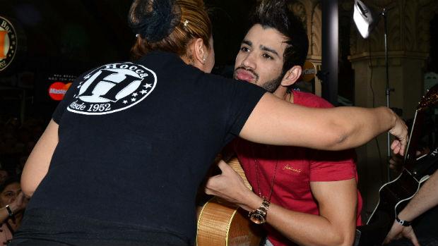 Gusttavo Lima cumprimenta garçonete durante show no Mercadão
