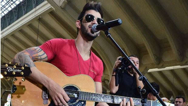 Gusttavo Lima durante show no Mercadão