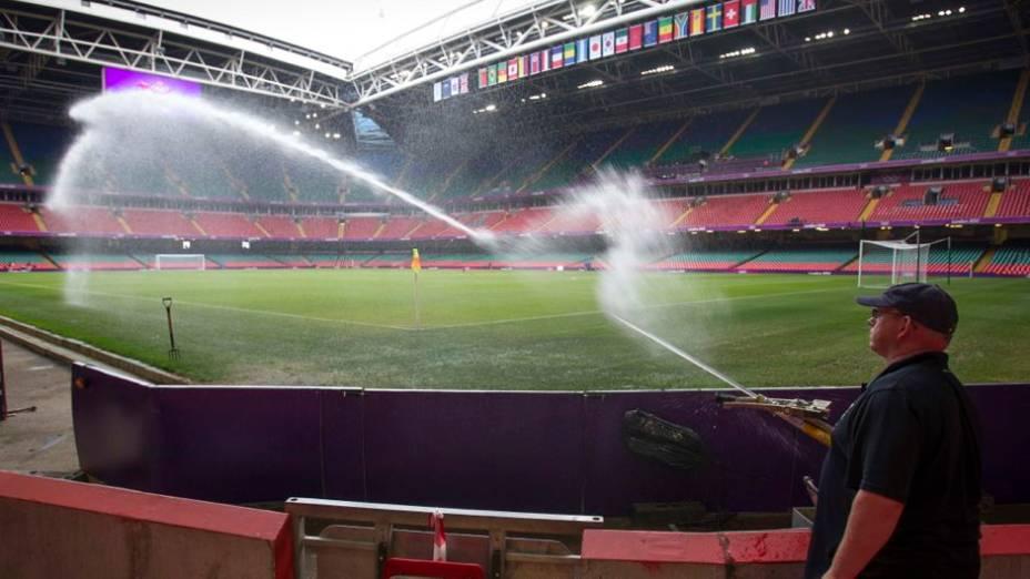 Funcionário prepara o gramado para o jogo da seleção em Cardiff, País de Gales