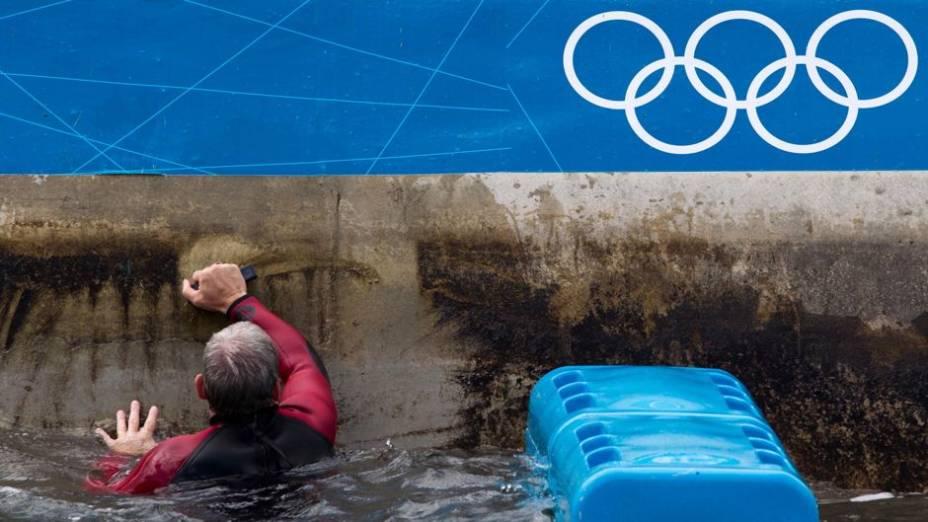 Funcionário limpa o rio artificial da canoagem, em Lee Valley