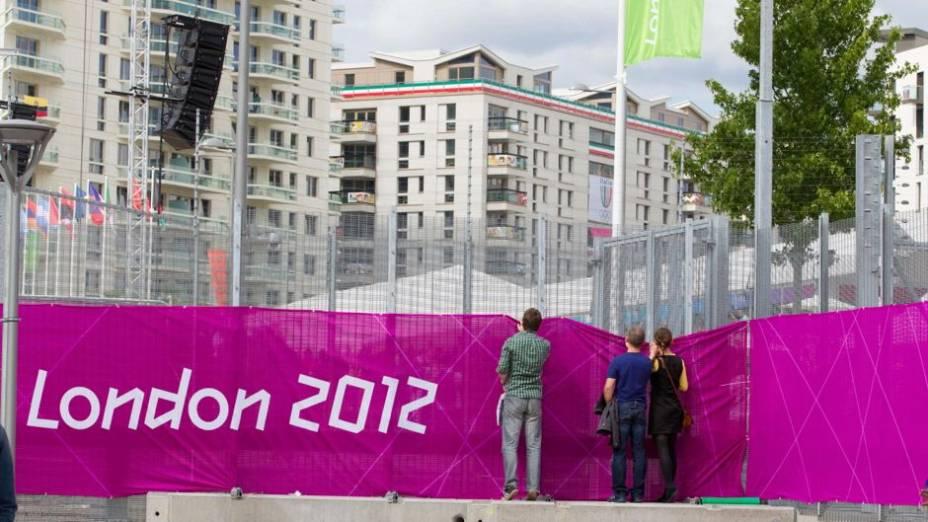 Visitantes curiosos tentam ver atletas na Vila Olímpica