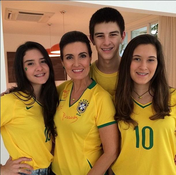 A apresentadora Fatima Bernardes e seus filhos torcem para o Brasil no primeiro jogo da Copa do Mundo 2014.