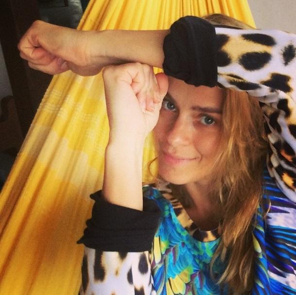 A atriz Carolina Dieckmann faz o símbolo da gíria Tóis de Neymar