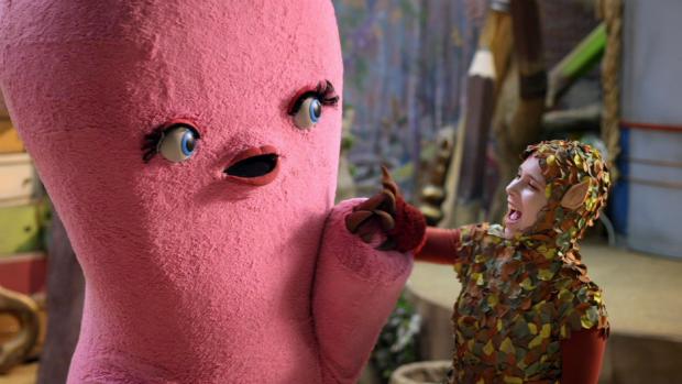 A atriz Daphne Bozaski como a personagem Lali e Dr. Z em imagens do seriado Que Monstro Te Mordeu?, da TV Cultura